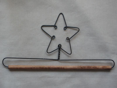 7.5 inch Star Wire Hanger With 0.25 inch Dowel